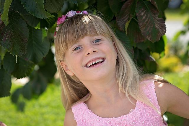 elektrische zahnbuerste kinder gesunde zaehne lachendes kind
